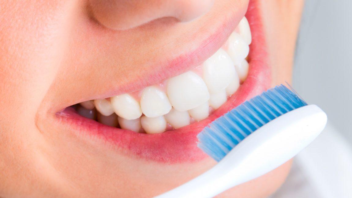 8 cuidados simples para manter a escova de dentes livre de bactérias